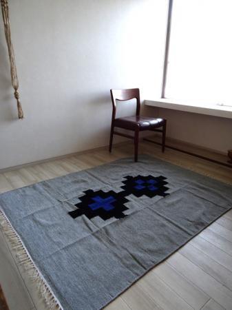 デザイン手織りラグ【 Wink 】ライトグレー×ブルー aiMIKI Design 150×120