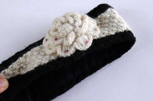 手編みニットヘアバンド(イヤーウォーマー)  フラワーモチーフ オフホワイト×ブラック
