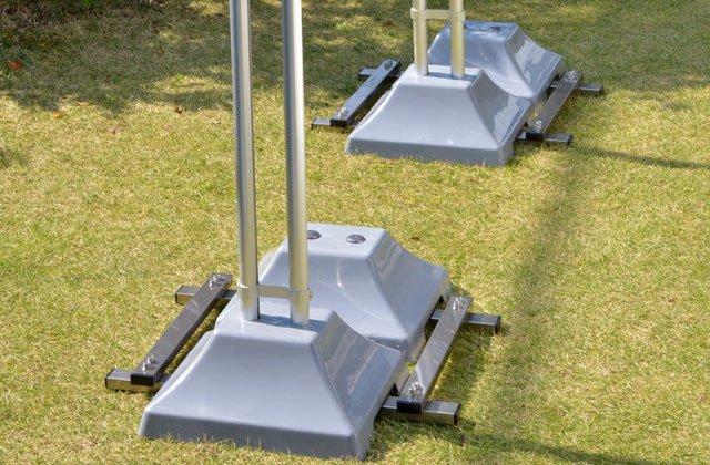 強風から物干し台を守る転倒防止。重り2個で倒れにくくします。