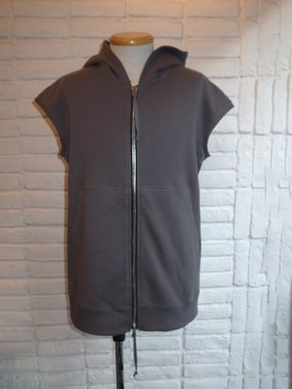 【rewords/rewordsdesign】FRONT ZIP SLEEVELESS HOODIE (MOSS GRAY)