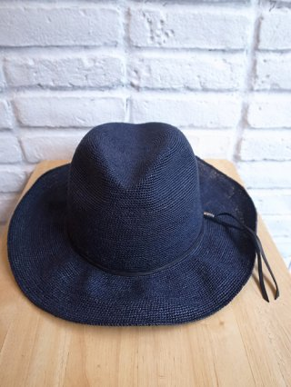 <img class='new_mark_img1' src='https://img.shop-pro.jp/img/new/icons8.gif' style='border:none;display:inline;margin:0px;padding:0px;width:auto;' />【STRUM/ストラム】Raffia hat ラフィア細編みハット (NAVY)