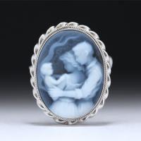 【プラチナコーティング済】「赤ん坊を見守る親」ストーンカメオブローチ兼ペンダントトップ