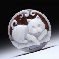 「リラックスする猫」モチーフのプチシェルカメオルース  作家チーロ・フレーシア