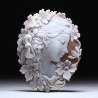 切り抜きシェルカメオルース「リボンの髪飾りの美女」   作家チーロ・アッカニート