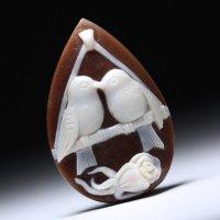 作家ラケーレ・ポルツィオの小鳥モチーフドロップ型シェルカメオルース