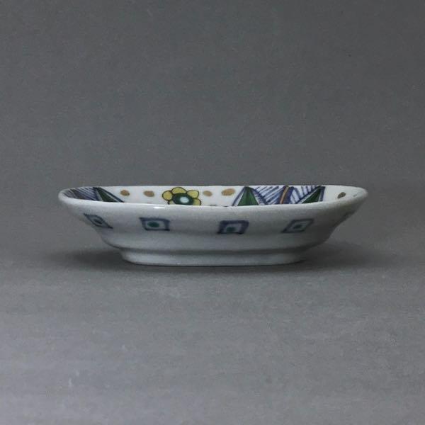 色絵染附金彩山花文楕円小皿