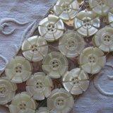 マザーオブパール釦18個17.5ミリ花模様