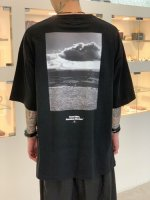 <img class='new_mark_img1' src='https://img.shop-pro.jp/img/new/icons34.gif' style='border:none;display:inline;margin:0px;padding:0px;width:auto;' />SUS / conic hill photo pocket tee / Black