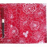 ノベルティ・粗品で人気の「若狭塗箸&ランチョンマットセット 紅花 染分彫 赤」