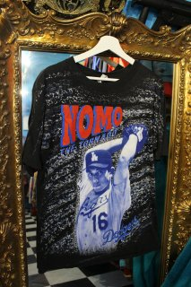 <img class='new_mark_img1' src='https://img.shop-pro.jp/img/new/icons38.gif' style='border:none;display:inline;margin:0px;padding:0px;width:auto;' />LOS ANGELS DODGERS NOMO T-SHIRTS(野茂 Tシャツ)