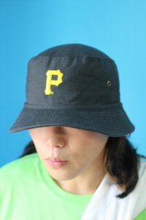 <img class='new_mark_img1' src='https://img.shop-pro.jp/img/new/icons20.gif' style='border:none;display:inline;margin:0px;padding:0px;width:auto;' />MLB PITTSBURGH PIRATES BUCKET HAT(ピッツバーグ・パイレーツ バケット・ハット)