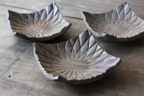 ■平岡仁:焼〆線刻角小皿