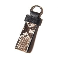 <img class='new_mark_img1' src='https://img.shop-pro.jp/img/new/icons49.gif' style='border:none;display:inline;margin:0px;padding:0px;width:auto;' />CALEE - Python leather key ring