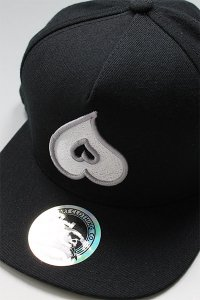 <img class='new_mark_img1' src='https://img.shop-pro.jp/img/new/icons16.gif' style='border:none;display:inline;margin:0px;padding:0px;width:auto;' />HEART CLOTHING SNAP BACK CAP【BLK/WHT】