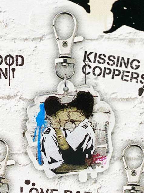 タカラトミーアーツ BANKSY'S GRAFFITI アクリルキーホルダー KISSING COPPERS バンクシー TC01026