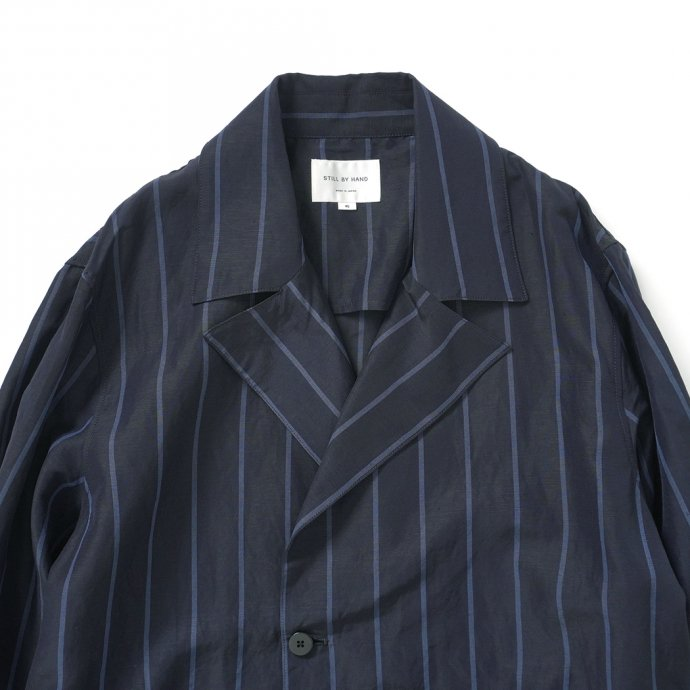 157624328 STILL BY HAND / CO02211 オリジナルストライプ素材 ガウンコート - Navy Stripe<img class='new_mark_img2' src='https://img.shop-pro.jp/img/new/icons47.gif' style='border:none;display:inline;margin:0px;padding:0px;width:auto;' /> 02