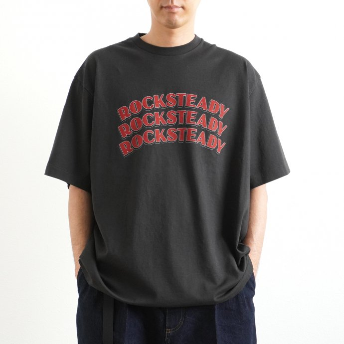 157870201 blurhms ROOTSTOCK / ROCKSTEADY Tee BIG ROOTS2119S21-A - InkBlack x Red ロックステディTシャツ インクブラック<img class='new_mark_img2' src='https://img.shop-pro.jp/img/new/icons47.gif' style='border:none;display:inline;margin:0px;padding:0px;width:auto;' /> 02