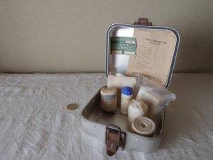 ハンガリー アルミ ティン ファーストエイド 救急 ボックス 小 正方形 3 キット付・hungary almium tin car first aid