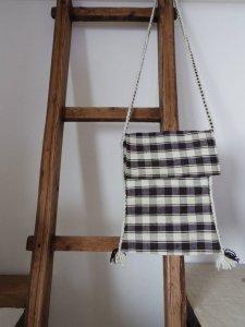 ルーマーニア 黒と白 チェック 羊飼いのポシェット 長方形 蓋付き Romania shepherd plaid textile bag