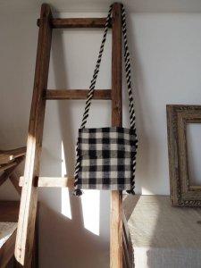 ルーマニア 黒と白 チェック 羊飼いのポシェット 正方形 蓋付き Romania shepherd plaid textile bag