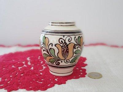 ルーマニア コロンド村の陶器の小さな花瓶 ぷっくり ベージュ・Romania Korond pottery vase round beige