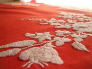 ハンガリー蚤の市パプリカレッドのテーブルクロス・Antique handmade tablecloth linen mat embroidery Hungary