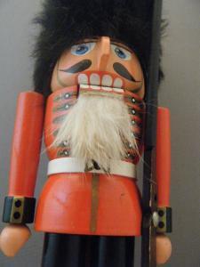 ビンテージくるみ割り人形 もじゃもじゃの帽子をかぶった王様の護衛兵・VINTAGE OLD nutcracker kings palace royal guard