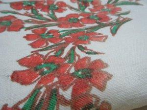 フランス蚤の市 アイボリー厚地リネン 赤フラワースクエアー柄テーブルクロス  個性的なハンドメイド材料 france paris retro vintage cloth red flower