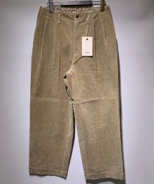 <img class='new_mark_img1' src='https://img.shop-pro.jp/img/new/icons15.gif' style='border:none;display:inline;margin:0px;padding:0px;width:auto;' />marka <BR>2TUCK STRAIGHT FIT TROUSERS - 9WALE CORDUROY -(BEIGE)