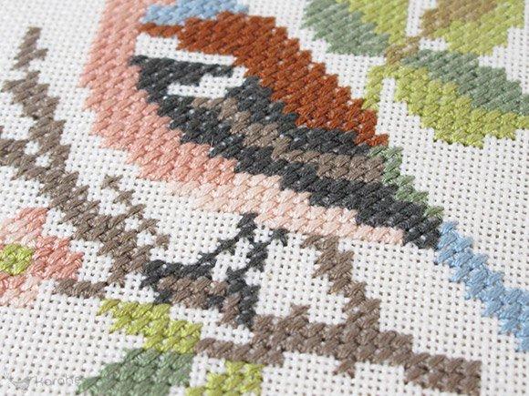 刺繍の壁掛け ブラウンの鳥 14.5cm