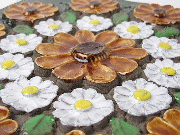 Jie Gantofta 陶板 ブラウンと白の花輪 30x30cm(856)