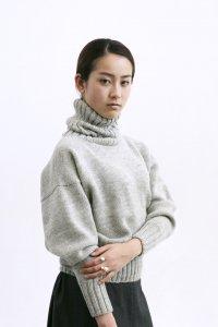 タートルネック ハンドニットセーター