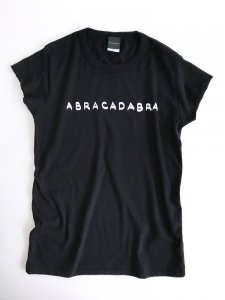 <img class='new_mark_img1' src='https://img.shop-pro.jp/img/new/icons5.gif' style='border:none;display:inline;margin:0px;padding:0px;width:auto;' />ABRACADABRA! cut Tee black