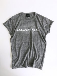 <img class='new_mark_img1' src='https://img.shop-pro.jp/img/new/icons5.gif' style='border:none;display:inline;margin:0px;padding:0px;width:auto;' />ABRACADABRA! cut Tee gray