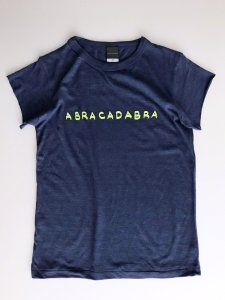 <img class='new_mark_img1' src='https://img.shop-pro.jp/img/new/icons5.gif' style='border:none;display:inline;margin:0px;padding:0px;width:auto;' />ABRACADABRA! cut Tee navy × neon yellow