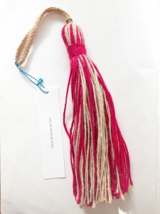<img class='new_mark_img1' src='//img.shop-pro.jp/img/new/icons20.gif' style='border:none;display:inline;margin:0px;padding:0px;width:auto;' />Jute Tassel cherry red mix
