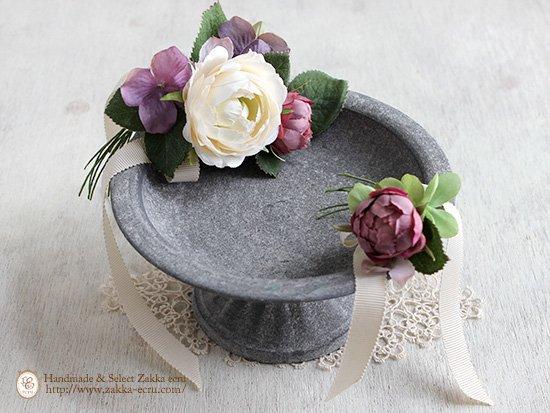 シャビーな脚付きトレイ(大)ブリキ製 お花・レースドイリー付:アートフラワー(白+くすみピンク紫)