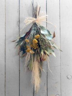 パンパスと黄花のこぎり草のスワッグ