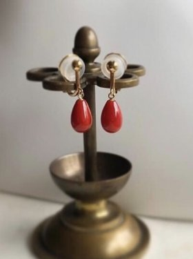 <img class='new_mark_img1' src='https://img.shop-pro.jp/img/new/icons53.gif' style='border:none;display:inline;margin:0px;padding:0px;width:auto;' />K18  red coral drop earring (イヤリング)
