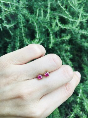 <img class='new_mark_img1' src='https://img.shop-pro.jp/img/new/icons14.gif' style='border:none;display:inline;margin:0px;padding:0px;width:auto;' />K18 ruby studs pierce (4mm ・シングル販売 )