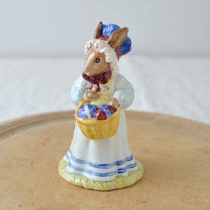 ROYAL DOULTON /ロイヤルドルトンバニキン<br>MRS BUNNIKINS・At The Easter Parade DB19