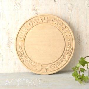手彫りのチーズボード