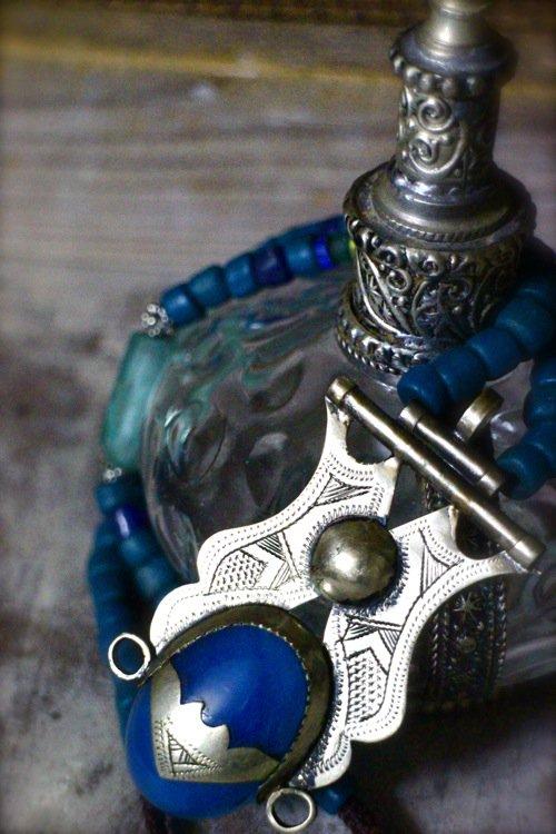 モロッコトゥアレグ族シルバートップ&めのう+ジャワガラスビーズネックレス