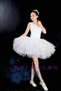 ホワイト ミニステージ衣装 コサージュ付きの写真