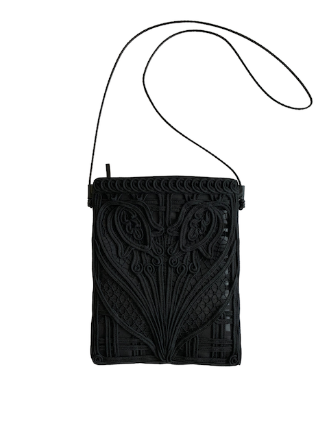 『Mame Kurogouchi』コード刺繍ポーチ/Cording Embroidery Pouch With Leather Strap (ブラック)
