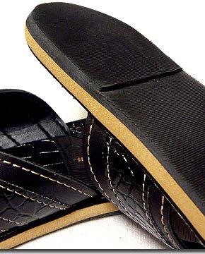 さりげなくラグジュアリーな夏スタイルに!クロコダイルの型押しが高級感溢れる大人気のサンダル!