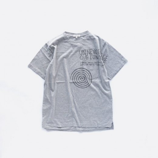 <img class='new_mark_img1' src='https://img.shop-pro.jp/img/new/icons39.gif' style='border:none;display:inline;margin:0px;padding:0px;width:auto;' />PRINTED CROSS CREW NECK T-SHIRT - SPIRAL