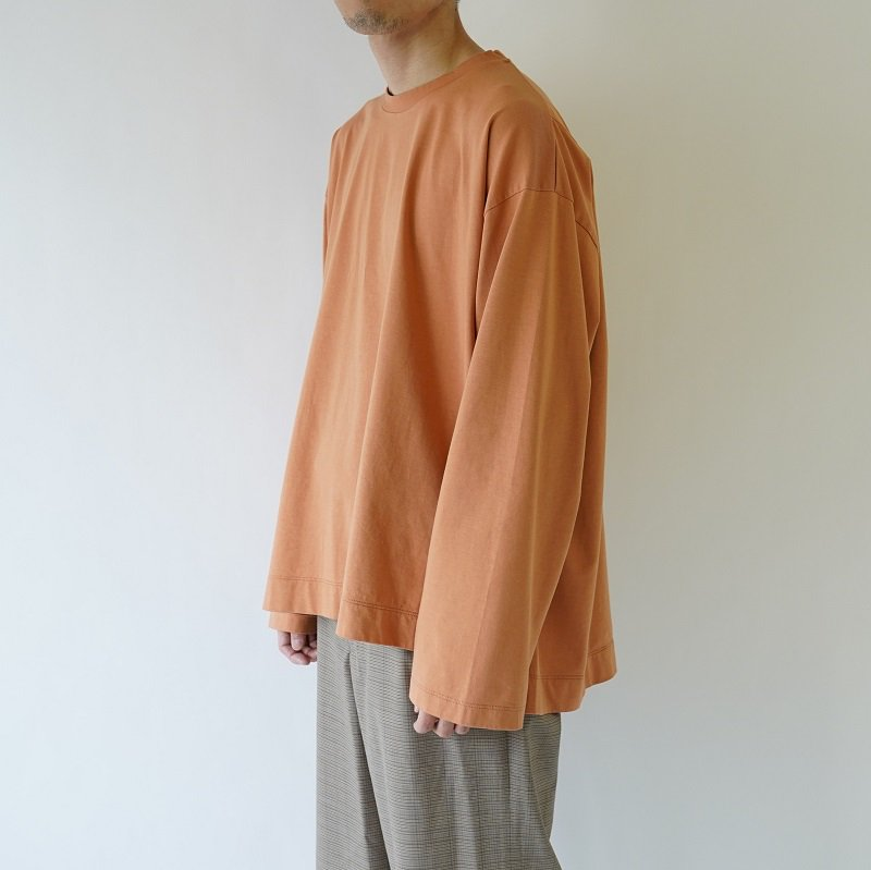 【WELLDER ウェルダー】FLUTTER TAIL BUCK SIDE TUCKED CREWNECK  /  APRICOT