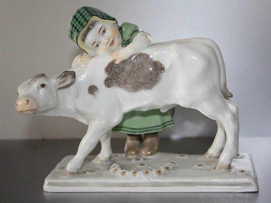子牛に寄り添う少女