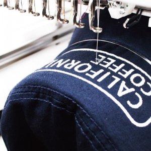 ロゴや文字なども1枚から制作できるオリジナルパーカーの刺繍もおすすめ